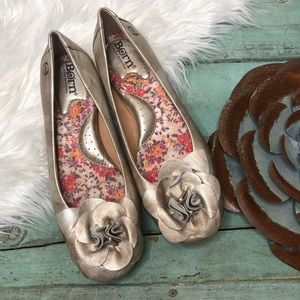 BORN Gold Leather Flats 7 Flower Embellishment